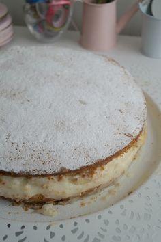 Alman pastası tarifi kardeşimin kahvaltı sofrasından bir tarif.Daha önce farklı bir tarifle denemiştim bakmak isterseniz burada..Mayalı alman pastası tarifine buradan bakabilirsiniz.Bu pasta yumuşacık ve çok lezzetli olması sebebi ile sevilen ve tercih edilen pasta tarifleri arasında yer alıyor.Pasta yapmak biraz daha zahmetlice ,bu tarifte sadece krema orta kısımda olduğu için daha pratik. Alman pastası için …