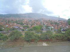 Una vigile e provvida paura è la madre della sicurezza. (Edmund Burke) Arrivare a Medellin ha avuto un sapore diverso che arrivare a Bogotà. Complice sicuramente il viaggio in bus da Pereira dove il paesaggio passa da piantagioni di caffè, banano e mais, a vallate con fiumi e torrenti. Se penso a un colore per …