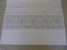 Forkler til Hardangerbunad Simple Embroidery, Cute Designs, Diy And Crafts, Cross Stitch, Sewing, Lace, Norway, Head Pieces, Aprons