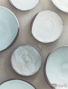 Beautiful ceramic plates made by Oak, Ju-hyeon, Korean musical actress (cf former lead singer from a Kpop girl-group)  행복이가득한집 Design your lifestyle 뮤지컬 배우 옥주현의 그릇 이야기 온전히 나를 찾는 시간