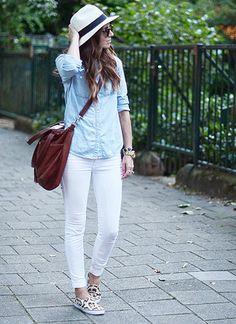 ブルーデニムシャツ×白パンツ×スリッポンのコーデ:   薄いブルーデニムシャツ×白パンツの、春夏らしい明るいカラーで仕上げたカジュアルコーディネート☆ 足元のヒョウ柄スリッポンはコーデのアクセントになりますし、歩きやすくお出かけに◎なのもポイント。 タウンユースから公園コーデまで色んなシーンにお使いただけます