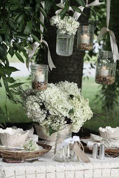 white flowers, greenery, seed in mason jars Wedding Ideias, Deco Champetre, Photo Deco, Festa Party, Diy Party, Hanging Lanterns, Jar Lanterns, Hanging Jars, Jar Candles