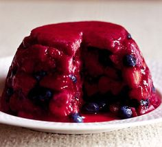 Summer pudding or summer fruit pudding is a British dessert made of sliced white bread, layered in a deep bowl with fruit and fruit juice. British Desserts, British Recipes, Instant Pudding, Chia Pudding, Dessert Dishes, Dessert Recipes, Summer Fruit Pudding, Scotch, British Pudding