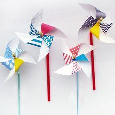 カラフルな手作りかざぐるまを子どもと一緒に作ってみよう! デザインをプリントすれば、家にあるもので簡単に作れます。