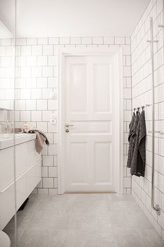 Square subway tile in white bathroom with black grout. Vintage white paneled door and floating vanity. French Bathroom, Classic Bathroom, White Bathroom, Modern Bathroom, Big Bathrooms, Vintage Bathrooms, Old Country Houses, Minimalist Bathroom Design, Bathroom Design Inspiration