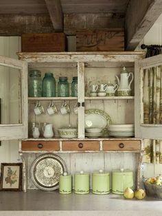棚のデットスペースにカップを吊るせば、 無駄も無く使いやすい食器棚に。
