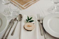 Winietka została wykonana z plastrów brzozowych 6-8 cm. Każdy plasterek został zeszlifowany dwustronnie, dzięki czemu ma gładką powierzchnie.  Plastry z imionami gości mogą służyć jako winietki i dodatkowo jako drobne upominki dla gości.  Możemy wykonać dowolny grawer. Plaster, Napkins, Tableware, Kitchen, Wedding, Plastering, Valentines Day Weddings, Dinnerware, Cooking