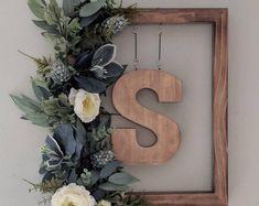 Cadre Photo Diy, Initial Wreath, Wood Wreath, Initial Decor, Diy Wreath, Initial Art, Tulle Wreath, Burlap Wreaths, Wreath Crafts