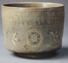 138 狂言袴茶碗 銘「難波筒」 潁川美術館 後述する雲鶴茶碗の一種で、紋様として丸文の象嵌模様(上の写真真ん中の模様)が入っているものを狂言袴と呼びます。高麗青磁の一種であるので、やはり美しい色合いと独特の模様を持っており、ほかの高麗ものとは一線を画しています。千利休が所持し、細川忠興に与えたという狂言袴「挽木鞘」はそのエピソードとともに大変有名であります。