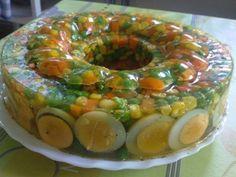 Hozzávalók:   1 csomag franciasaláta zöldségalap (45 dkg),   4 db főtt tojás,   25 g zselatin   Kb. 6 dl húsleves   15 dkg sonka    A franc...