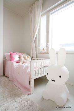 Coconut White: Miffy XL-valaisin vanhemman tytön huoneessa