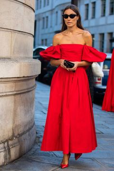 Though red may seem like the option for those exploring bolder holiday dresses and cocktail outfits, we've found the best examples that easy to emulate. Mode Outfits, Fashion Outfits, Fashion Tips, Fashion Clothes, Best Party Dresses, Holiday Dresses, Look Formal, Looks Chic, Wool Dress