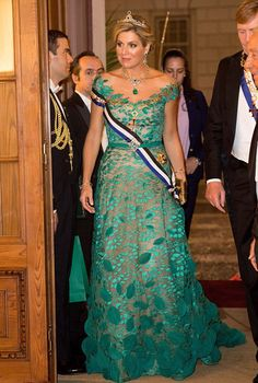 Dutch Queen Maxima opted a dazzling frock featured delicate leaf detailing in the skirt by Dutch designer Jan Taminiau and was paired with matching emerald jewelry, during the Portuguese state banquet.