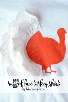 Use paint and pieces of lace to create this simple ruffled lace turkey shirt that makes adorable attire for a little girl on Thanksgiving! Free Thanksgiving Printables, Thanksgiving Crafts, Halloween Sewing Projects, Diy Projects, Decor Crafts, Easy Crafts, Turkey Cupcakes, Halloween Tutorial, Crafty