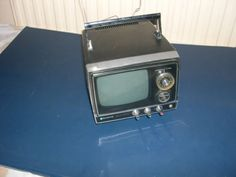 VINTAGE-SANYO-SOLID-STATE-PORTABLE-5-TV-DC-12-16-Volts-with-carrying-handle