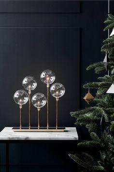 Mäster ljusstake i glas och metall från Markslöjd. E5 lamphållare på vardera 0,8W, glödlampor ingår. 2 meter svart kabel med strömbrytare och plug-in transformator. Bredd 35 djup 10 höjd  41 cm.