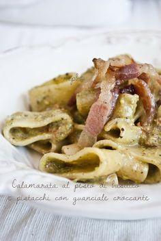 Calamarata al pesto di basilico e pistacchi con guanciale croccante