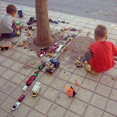 Jugamos?! #play #kids #coches #Juegos #juguetes #juegoniños #juegosdetodalavida #jugando #cars #tierra #childrenplay #jugaresesencial @rejuega