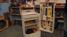 """Organize suas ferramentas com uma """" caixa de ferramentas """" com rodas. Vale a pena conferir no Oficina de Casa no youtube. #oficinadecasa #façavocêmesmo #diy #comofazer #caixadeferramentas #caixadeferramentascomrodas Lockers, Locker Storage, Cabinet, Youtube, Diy, Furniture, Home Decor, Tool Cart, Bricolage"""
