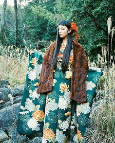 『本年度も宜しくお願い致します。』 と、仕事のはやい(@mitograph) から写真が届きました。 折角なので全身を🌷 My Furisode~! It is hard to put on a kimono by myself... #着物 #kimono #振袖 #furisode #和装 #Japan #vintage #南天 #和歌山 #那智山 #マンナミトグラフ