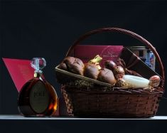 Cos Cadouri Paste 2012 Special CB15:  Cos impletit cu toarta, 50cm;  Cozonac traditional cu nuca, 500g;  Vinars XO Special Reserve, Jad, Vincon Vrancea, 750ml;  Praline fine ciocolata Caree Line, Hamlet, Belgia, 250g;  Fursecuri fine cu unt in cutie metalica Jakobsens Bakery, Danemarca, 680g;  Lumanare parfumata;  Oua incondeiate;  Iepuras din ciocolata Lindt, 100g;  Ambalaj sarbatori & decor Paste  Pret: 395 lei + TVA Wicker Baskets, Picnic, Gifts, Decor, Presents, Decoration, Picnics, Dekoration, Inredning