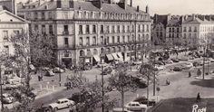 Le cours animé a la fin des années 1950... Au fond a droite, la place du Bouffay. Saint Nazaire, Loire, Place, Street View, Franklin Roosevelt, Building, Travel, Antique Pictures, Nantes