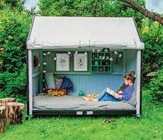 Parece que cuando hablamos de espacios de lectura, éstos estén limitados a lugares cerrados, donde en muchos casos la brisa del aire y el sol escasea. Como ocurre en algunas bibliotecas. En casa tenem