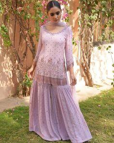 Design news : शादी मे इन शरारा को जरूर पहनें सुन्दर दिखने के लिए। Pakistani Dresses Casual, Indian Gowns Dresses, Pakistani Bridal Dresses, Pakistani Dress Design, Pakistani Gharara, Gharara Designs, Kurti Designs Party Wear, Kurta Designs, Designer Party Wear Dresses