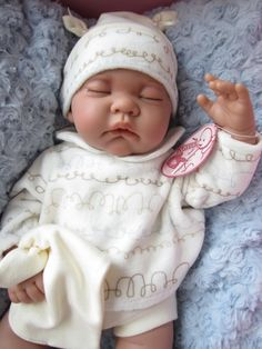 Muñeca Luna Acostadita en azul Reborn Dolls, Baby Dolls, Baby Born, Princesas Disney, Childhood, Handmade, Clothes, Soup, Amor