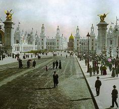 Entre le Pont Alexandre III et les Invalides : Là où aujourd'hui il y a les pelouses, il y avait des bâtiments extraordinaires voire exotiques construits en dur mais prévus juste pour une année. Ils ont tous disparus sauf 2 que l'on peut trouver facilement : Le Grand Palais et le Petit Palais (exposition universelle de 1900).