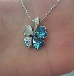 Blauwe klaver hanger met #swarovski kristallen en 2 #Neodymium magneten. inclusief ketting alleen te bestellen via info@maendajewels.com voor €35,- #MaendaJewels