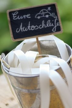 DIY instructions: make beautiful car bows for wedding- DIY-Anleitung: Schöne Autoschleifen Hochzeit basteln Make car loops quickly, easily and effectively: Instructions and tips for making the loops for your guests& cars themselves. Diy Wedding Shoes, Wedding Bows, Card Box Wedding, Wedding Games, Wedding Car, On Your Wedding Day, Wedding Planning, Wedding Makeup, Fall Wedding