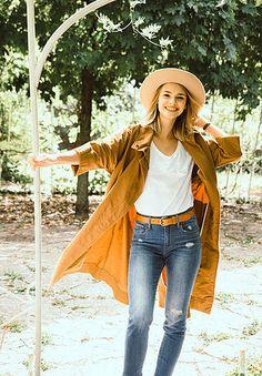 Offizielle Seite der österreichischen Moderatorin und des Models Julia Furdea. Bell Bottoms, Models, Bell Bottom Jeans, Pretty, Pants, Outfits, Beautiful, Fashion, Moda