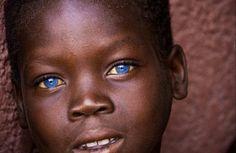 Black With Blue Eyes, People With Blue Eyes, Green Eyes, Pretty Eyes, Cool Eyes, Beautiful Eyes, Amazing Eyes, Black Women Art, Black Kids