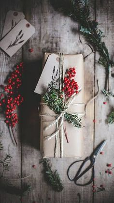 Geschenkverpackungen für Weihnachten mit Tannenzweigen und Beern / gift wrapping ideas for christmas with fir branches and berries Noel Christmas, Rustic Christmas, Winter Christmas, All Things Christmas, Christmas Crafts, Christmas Decorations, Christmas Ideas, Christmas Christmas, Christmas Berries
