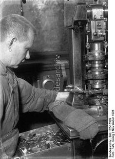 Die Herstellung unseres Silbergeldes! Einen Tag mit der Camera in der städtischen Münze in Berlin! Ein Einblick in unsere staatliche Münze, wo die Herstellung der Ein-, Zwei- und Dreimark-Stücke mit gewissenhaftigster Genauigkeit vor sich geht, ist äusserst interessant. In grossen Silberbarren wandert das Silber, nachdem es vorher genau gewogen und begutachtet wird, in den Schmelztiegel, um zu langen Silberplatten geformt zu werden. Nachdem man diese Silberplatten gehörig gewalzt hat, kommen…