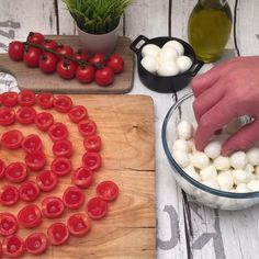 Fingerfood rezepte Diy Wine Bottle Crafts diy crafts for mini wine bottles Tomato Mozzarella, Tomato Caprese, Mozzerella, Creative Food, Food Hacks, Food Videos, Food Inspiration, Love Food, Appetizer Recipes