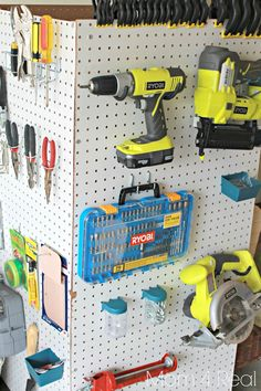 Organize Your Garage! With these garage storage tips, it becoems a mich easier job. So let's give these DIY garage storage ideas a try! Pegboard Garage, Diy Garage Storage, Tool Storage, Storage Ideas, Garage Tools, Craft Storage, Garage Shop, Car Garage, Garage Workshop Organization