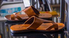 Sandalias de cuero hecho a mano de los hombres. Hacen de grado un cuero y suela de goma cómodo moldeado. Diseños inspirados en ropa de verano y simple sofisticación. Hecho a mano con pasión. Viene en Tan, colores marrón, negros y marrón oscuros. Tamaños: UE: 39.42.45. NOSOTROS: 8.5, 10.5, 12, 5.
