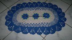 Tapete oval feito em croche -  Confeccionado em barbante 100% algodão  Cor disponível: Azul, mesclado e cinza  Fazemos em outras cores apenas por encomenda.