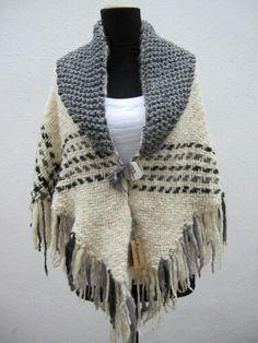 tejido telar triangular - Buscar con Google Tapestry Weaving, Loom Weaving, Hand Weaving, Knitted Shawls, Crochet Shawl, Knit Crochet, Weaving Patterns, Knitting Patterns, Weaving Projects