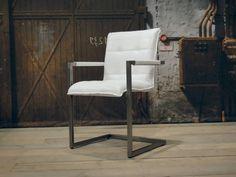 Stoere industriele stoel gemaakt van 100% handgewassen ongecorrigeerd buffelleer. Elke stoel is dus uniek en bevat de oneffenheden welke kenmerkend zijn voor ongecorrigeerd leer. Deze stoel is leverbaar in diverse kleuren en stiksels. Dit model hebben we regelmatig op voorraad in verschillende kleuren, tevens is deze stoel leverbaar zonder armleuning.