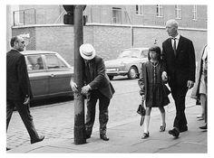 Vatertag: Ein Betrunkener trifft sich mit einem Laternmast in der Davidstraße. Foto von 1964.