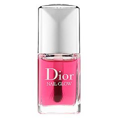 When applied on bare nails, the pinks of the nails become pinker and the whites become whiter for a shining finish and glow effect.