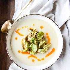 Romige knoflook aardappel spruitjes soep, bijzonder recept met soort van gefrituurde spruitjes.