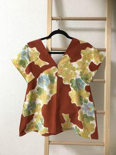 夏の間はずっとノースリーブ女の私ですが…冷房が効き過ぎて肌寒いコトも多くなって来たので少し袖のあるコレ、作りました着物リメイクのブラウス元は『ちゃくちゃく... Kimono Fabric, Kimono Dress, Sewing Shirts, Sewing Clothes, Batik Fashion, Diy Vetement, Japanese Sewing, Easy Sewing Patterns, Couture Tops