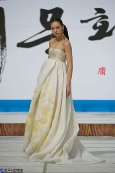 Hanbok - Korean Traditional Dress (Designer Lee Young Hee), with a modern flair Printed Wedding Dress, Wedding Dress Cake, Korean Traditional Dress, Traditional Dresses, Traditional Wedding, Korean Dress, Korean Outfits, Ao Dai, Modern Hanbok