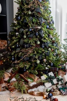 Hello friends and welcome our Christmas home tour 2019 - part You can see Silver Christmas Decorations, Christmas Tree Themes, Green Christmas, Rustic Christmas, Christmas Home, Merry Christmas, Funny Christmas, Christmas Shirts, Christmas Manger