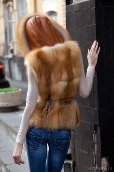 Жилетка меховая безрукавка из рыжей лисы с капюшоном | OLEDE - меховое ателье в Москве