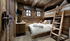 chambre a coucher de style rustique, intérieur en bois massif, chalet en bois habitable